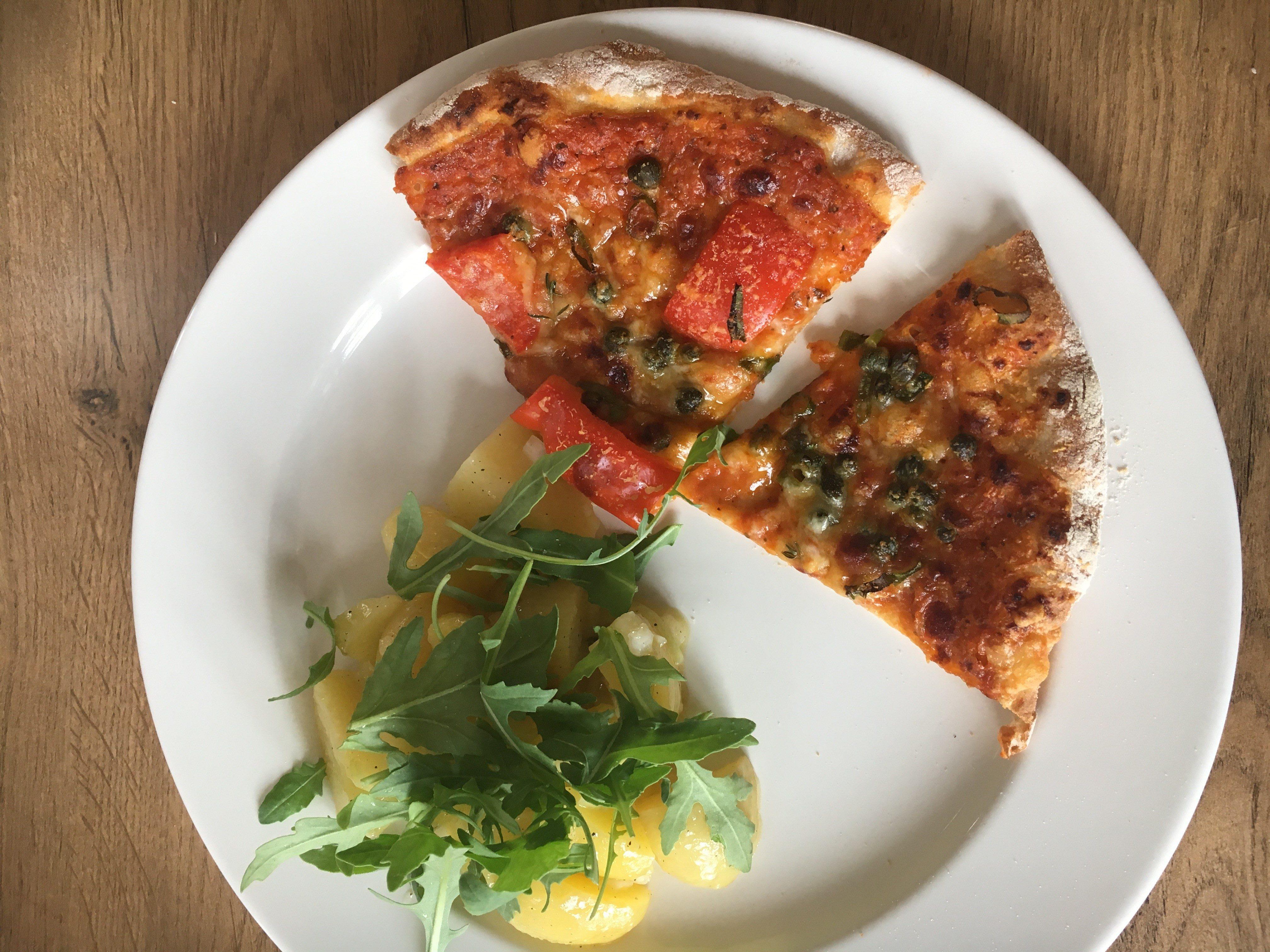 Hjemmelavet pizza på tallerken