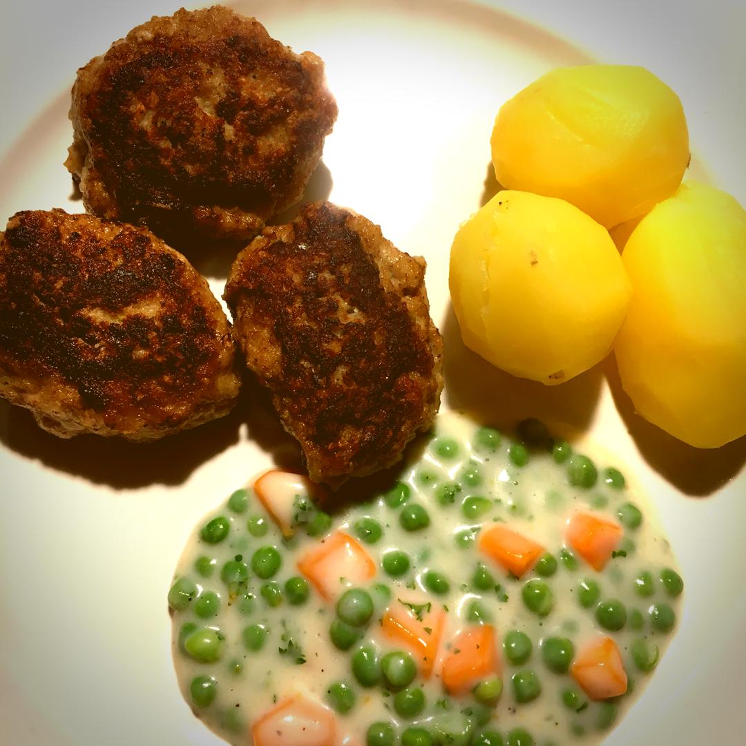 tallerken med frikadeller, kartofler og stuvede ærter og gulerødder