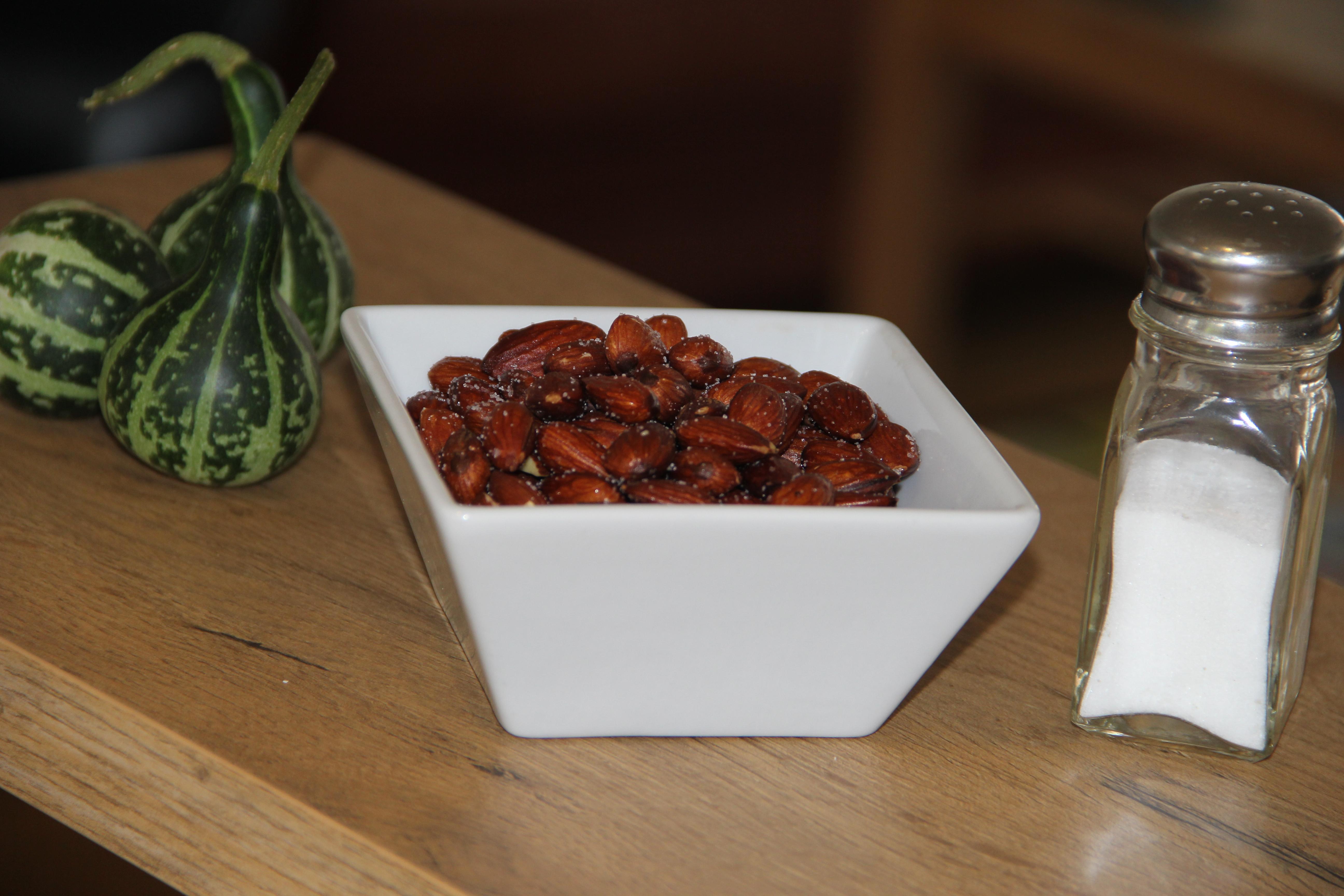 en skål med ristede mandler