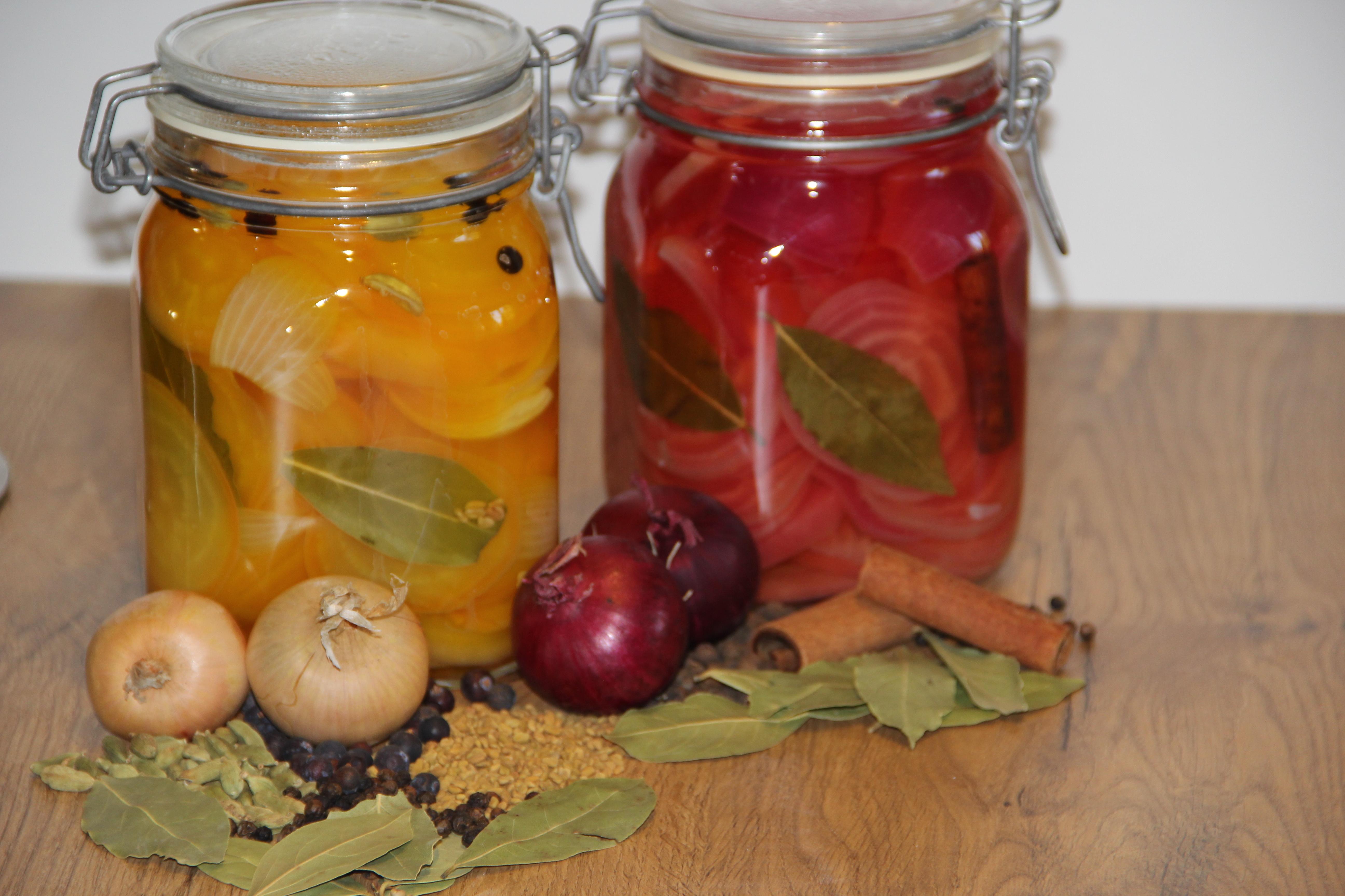 sylteglas med røde og gule beder