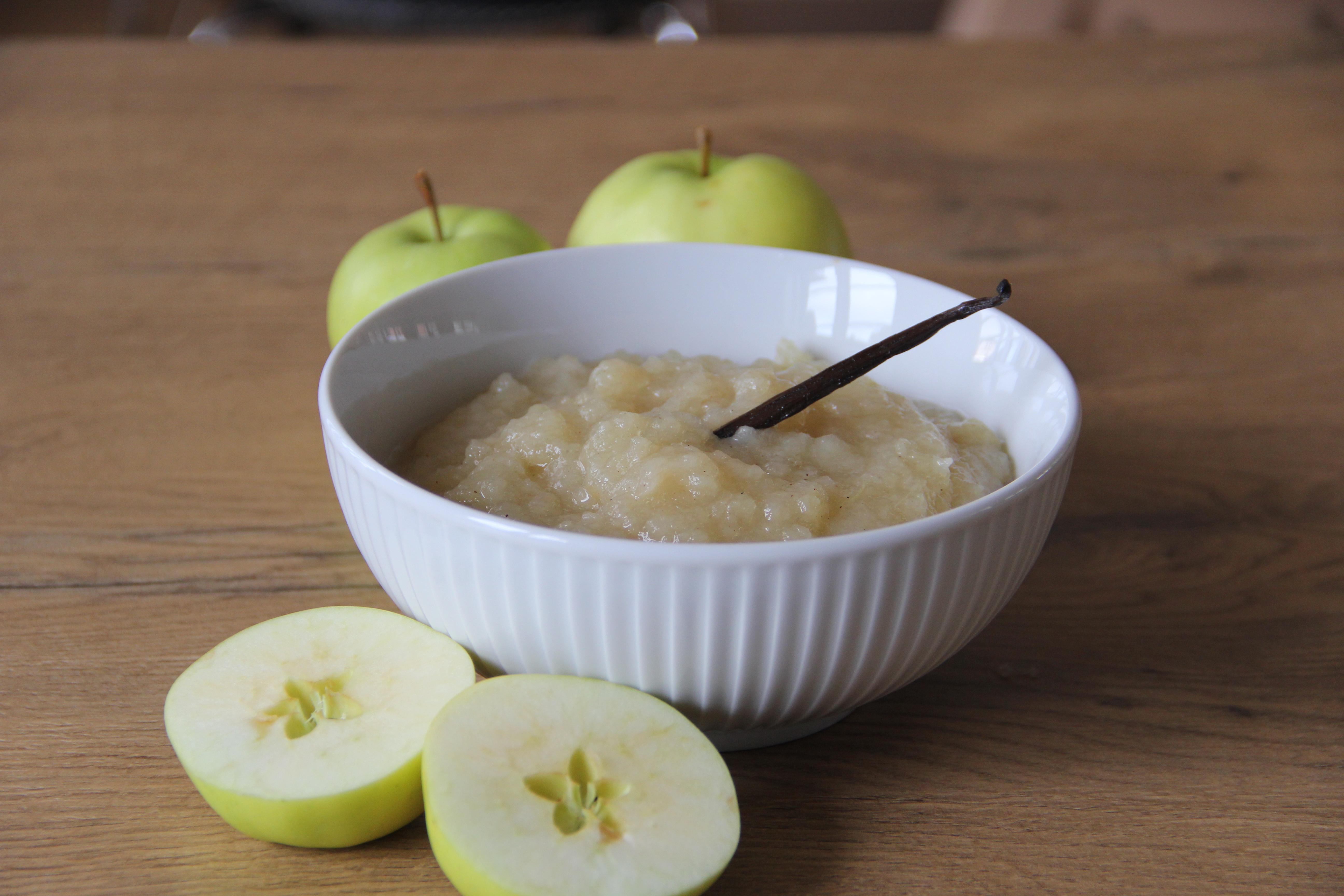 skål med æblegrød og æbler