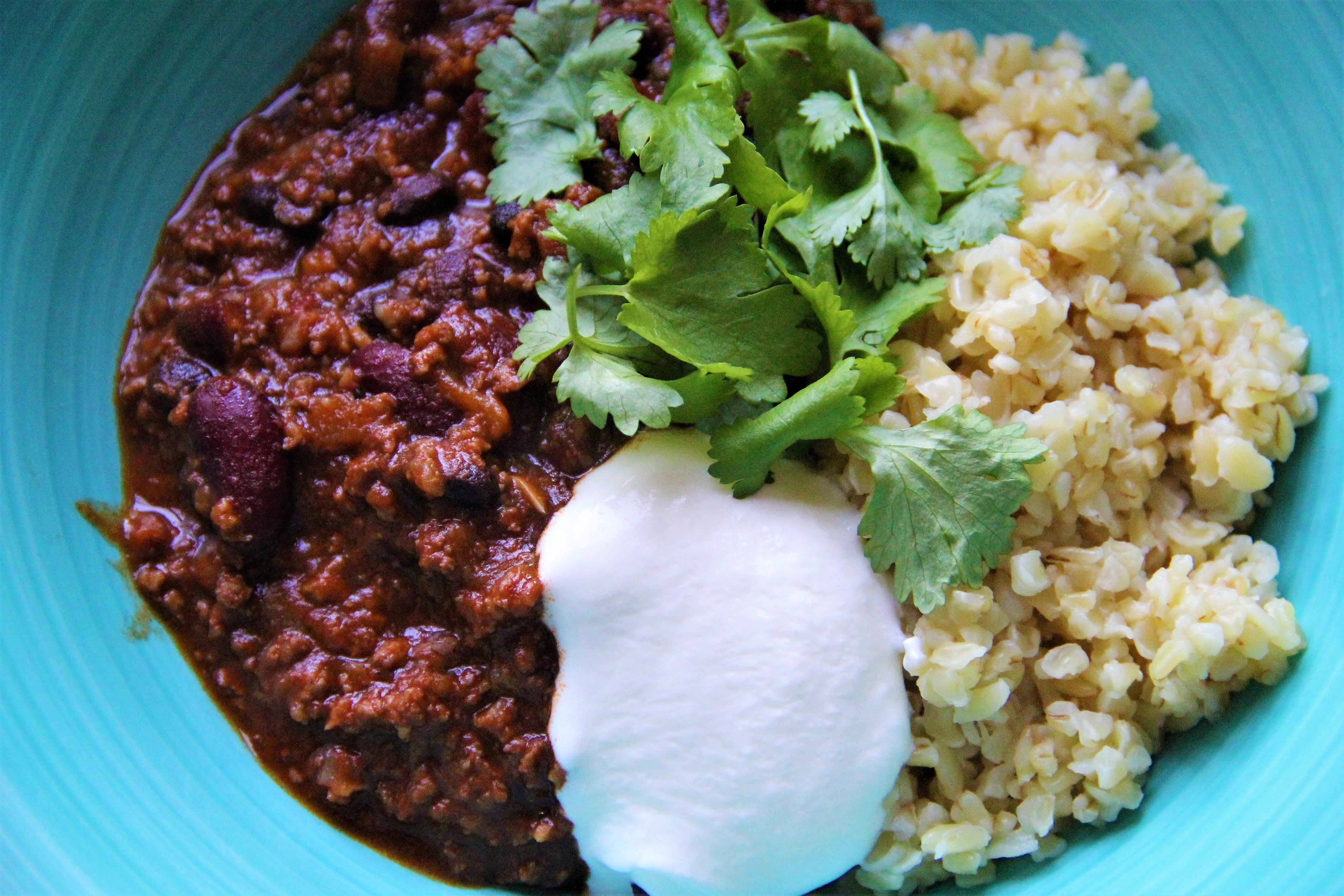 chili con carne med bulgur, creme fraiche og koriander