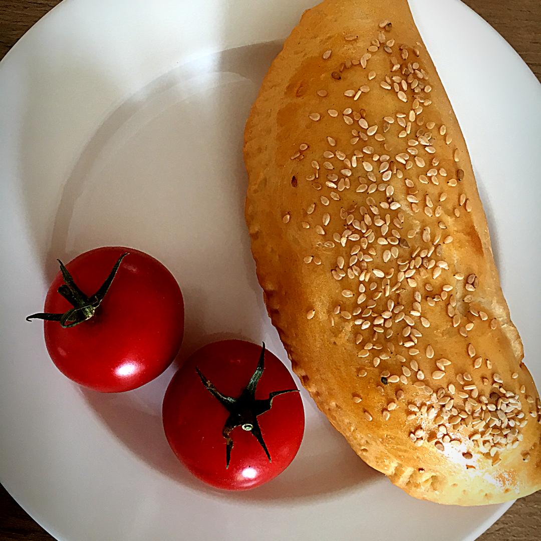 pirog på tallerken med to tomater
