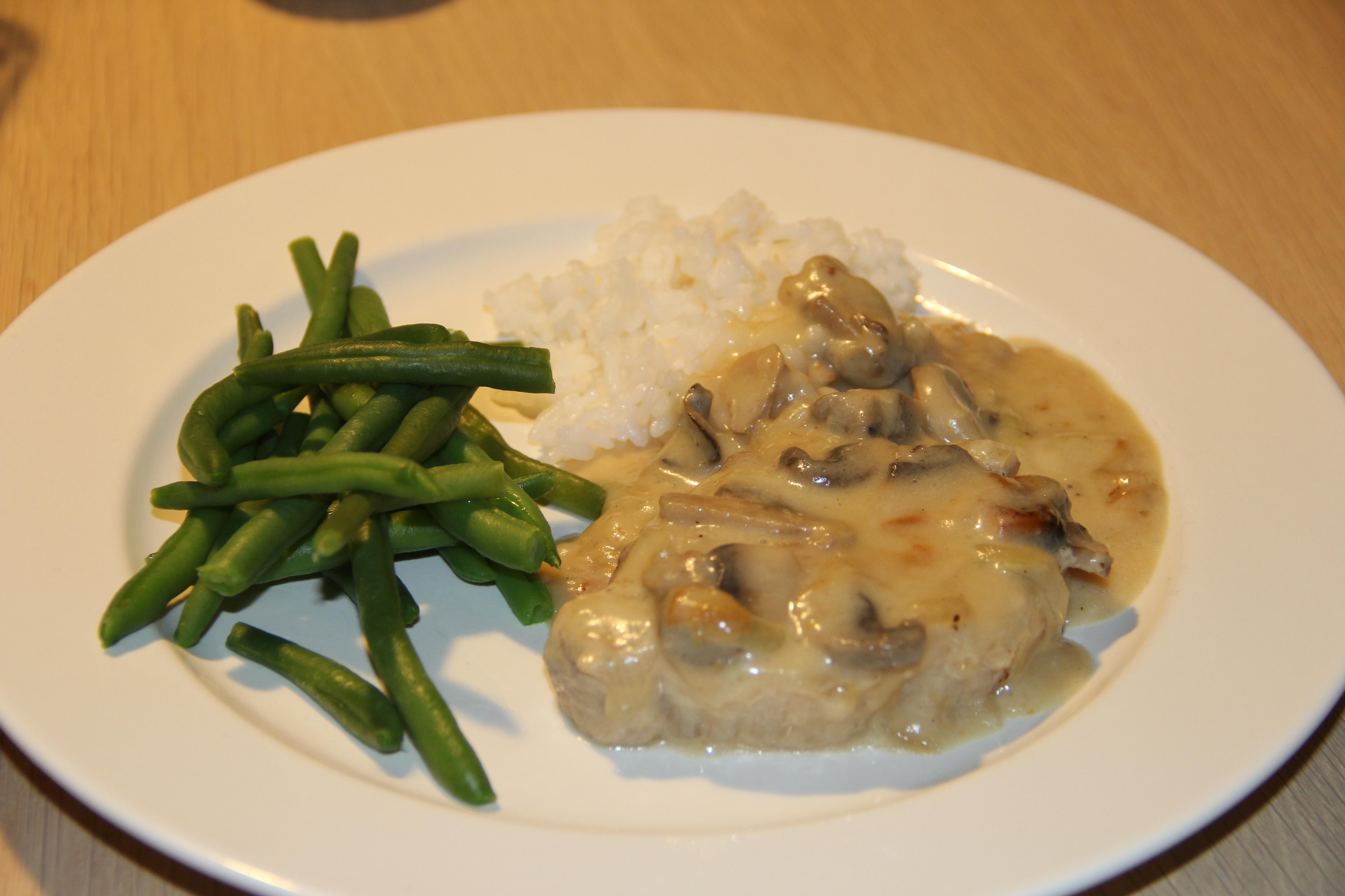 koteletter med champignon, bønner og ris