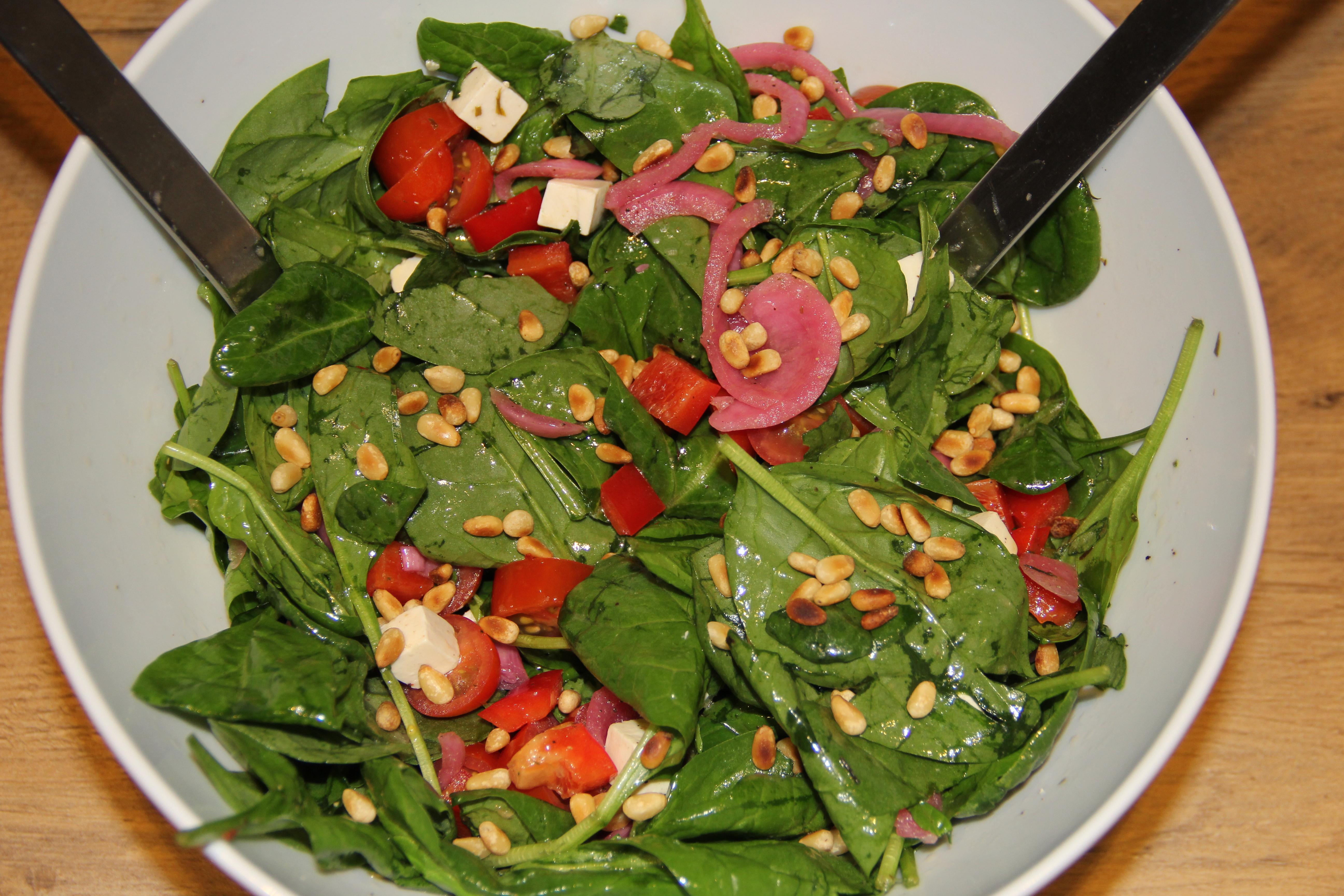 spinatsalat med pinjekerner