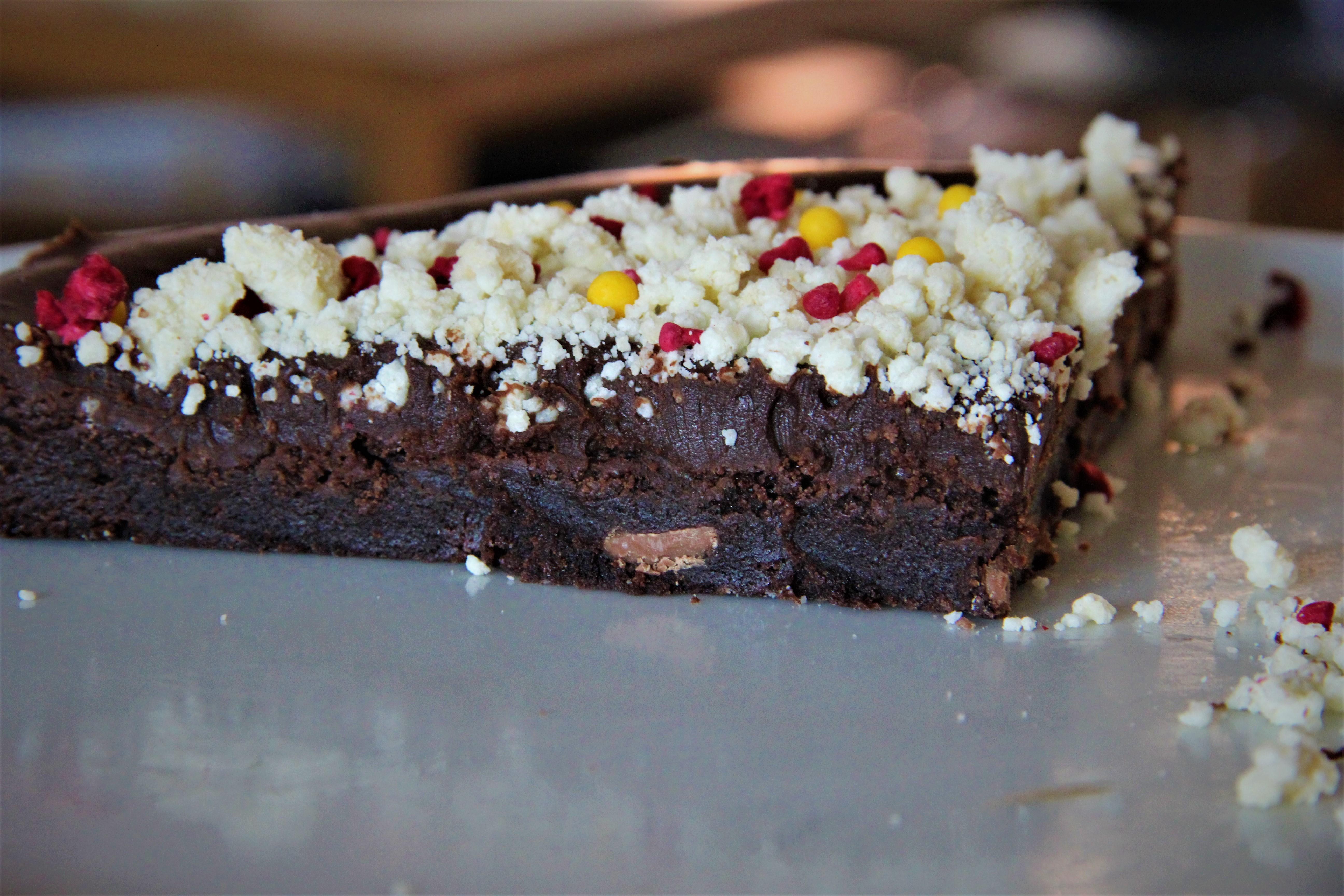 chokoladetrøffelkage med krystalliseret hvid chokolade, frysetørret hindbær og sukkerkugler