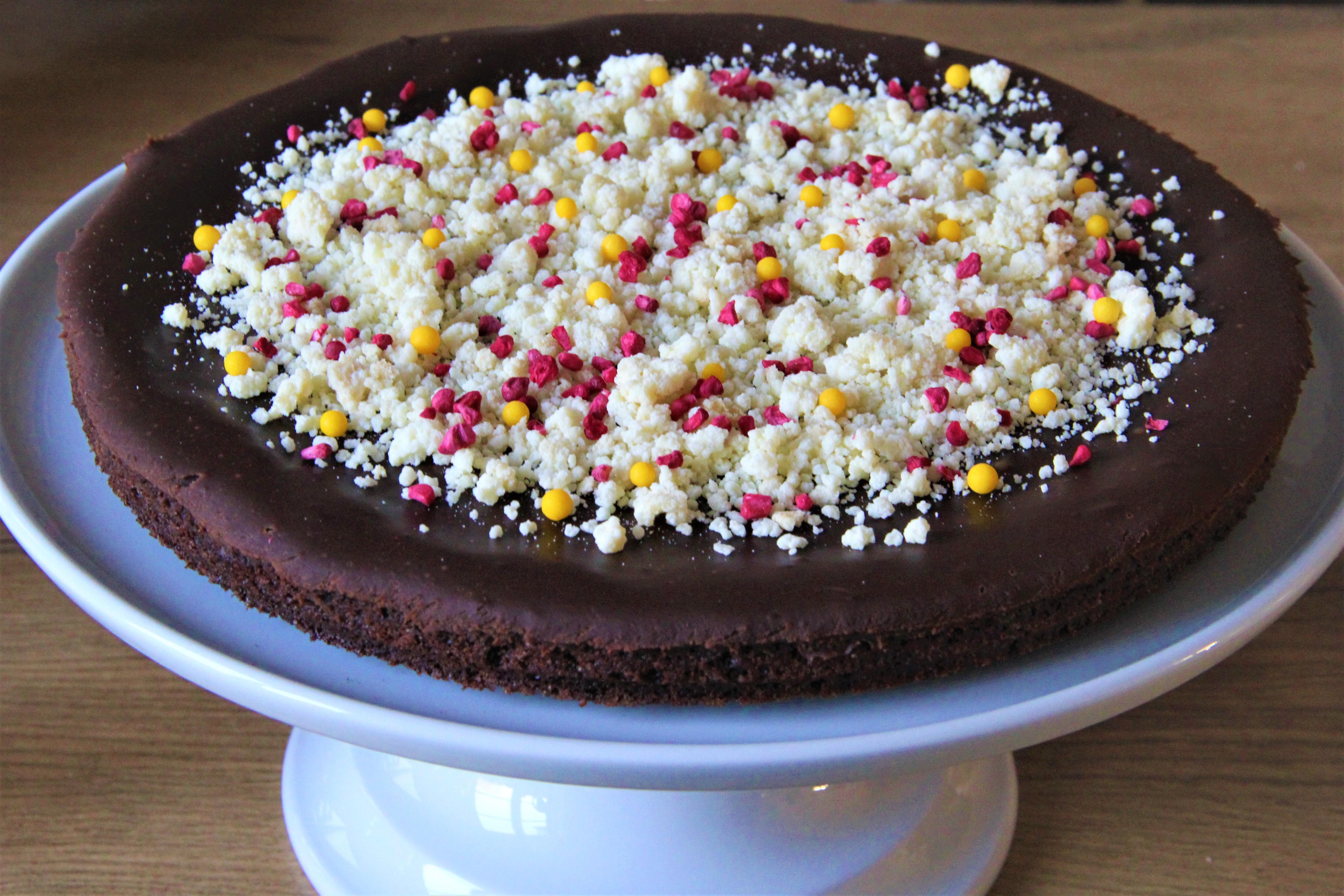 chokoladetrøffel kage med krystalliseret hvid chokolade, frysetørret hindbær og sukkerkugler