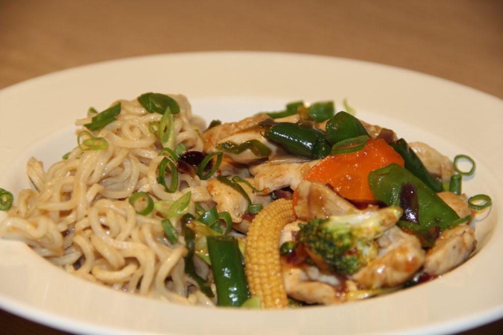 wok med kylling og nudler