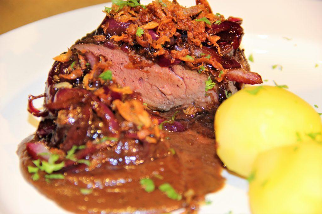 stegt kalve lever med glasseret rødløg, selleri drys, kogte kartofler og rødvinssauce