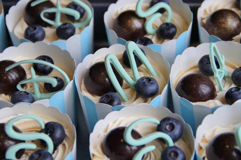 chokolade cupcakes med karamelfrosting, fyldte chokolader, blåbær og fondant