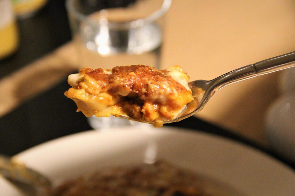 lasagne af plantefars på gaffel