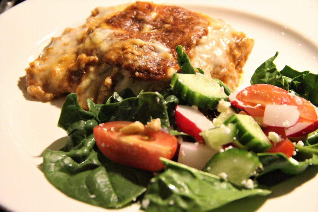 lasagne af plantefars og salat