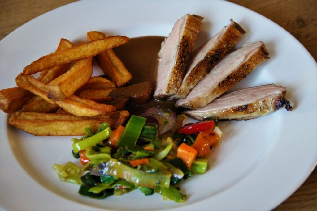 andebryst med rustikke pommes frites og pandegrønt