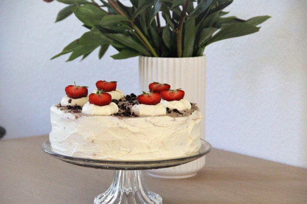 rutebilslagkage med jordbærmousse, friske jordbær og chokolade.