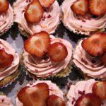 dobbelt chokomakron muffins med jordbær