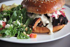 flæskestegsburger med spinatsalat og kartoffelbåde