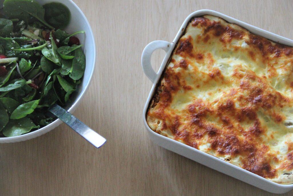lasagne bolognese og en frisk salat