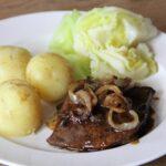 stegt lever med blødeløg, pandesovs. nye kartofler og dampet spidskål