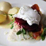 ovndampet torsk med sennepssauce, nye kartofler og garniture