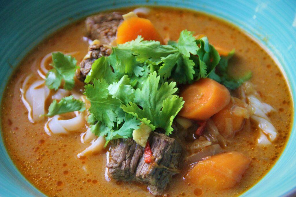 Bo kho vietnamesisk oksekødssuppe med grøntsager og nudler