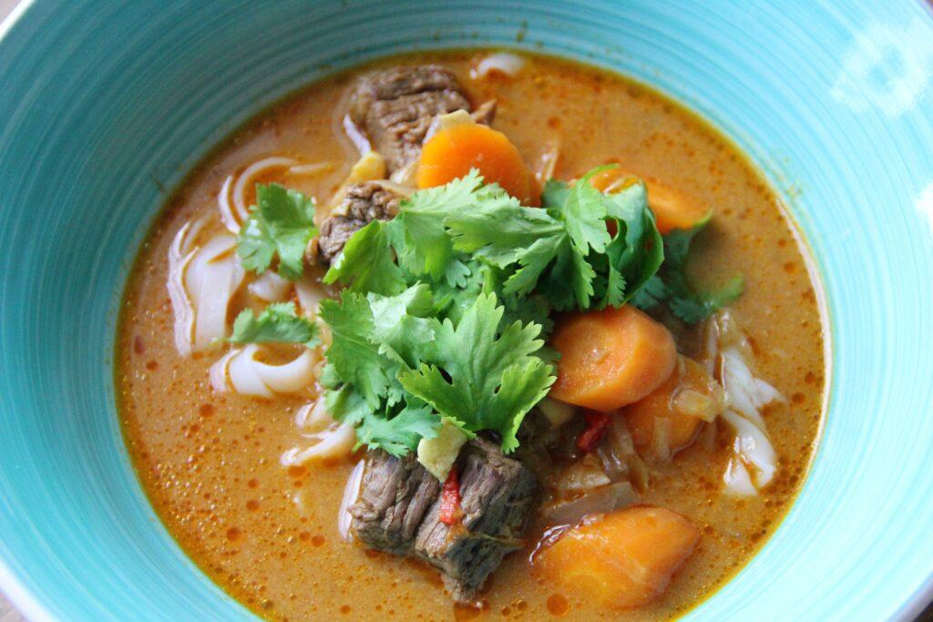 bo kho vietnamesisk oksekødssuppe med nudler og grøntsager