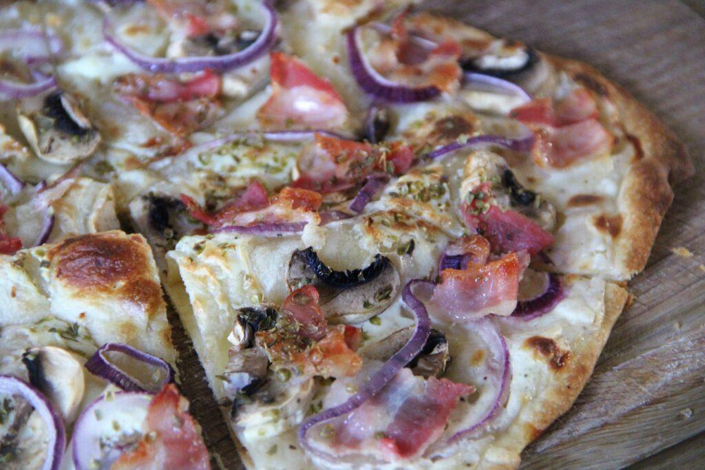 flammkuchen med bacon og champignon