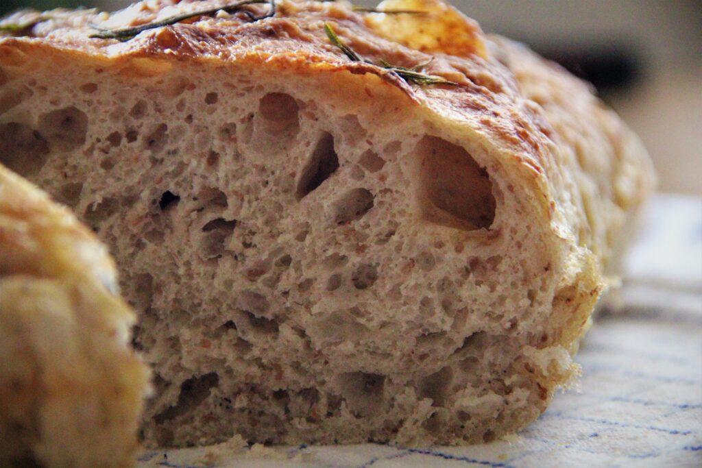foccacia brød skåret ud