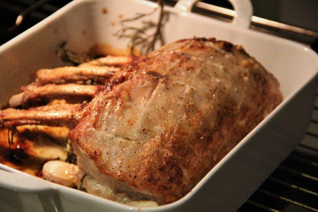 svinekrone tilberedt i ovn
