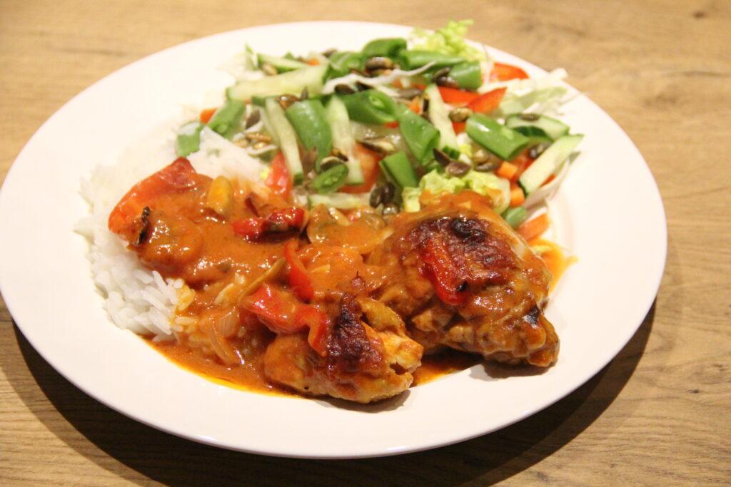 kylling i paprika med ris og en frisk grøn salat