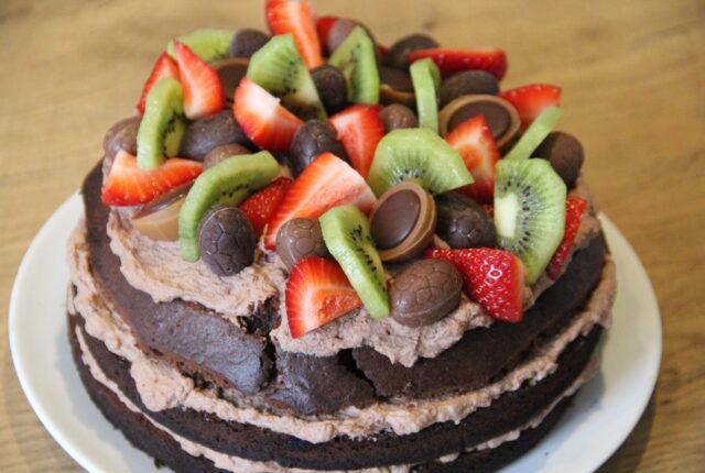 chokolade lagkage med pynt af bær, frugt og slik