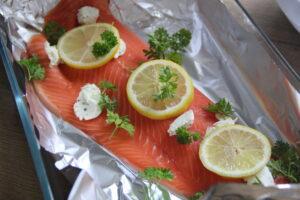 ovnbagt ørredfilet med citron, hvidløgssmør og persille