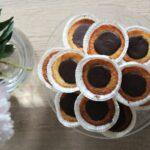 kokosmuffins med chokolade på fad