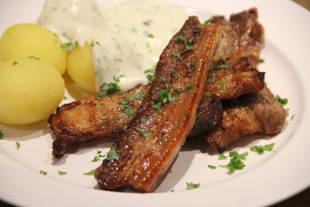 stegt flæsk med persillesovs og kartofler
