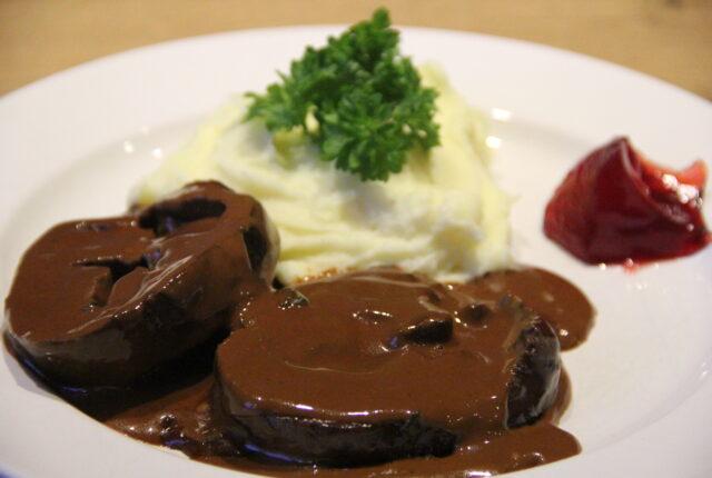 hjerter i flødesovs med kartoffelmos og ribsgelé